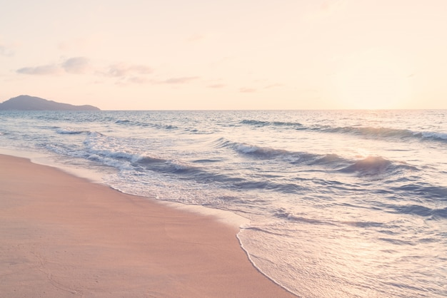 Olas del mar al atardecer