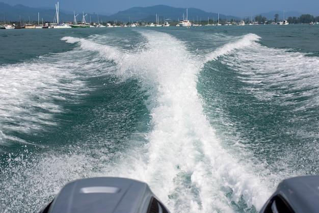 Olas del mar desde una lancha rápida