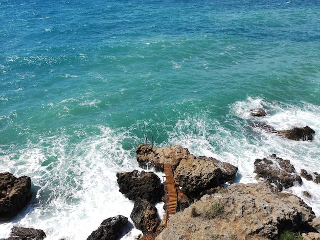 Olas del mar y rocas
