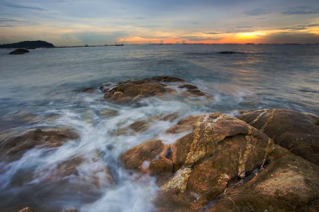Olas oceánicas rompiendo en las rocas