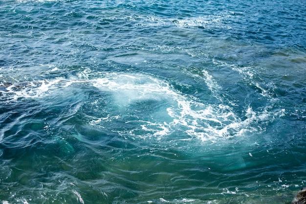 Las olas del océano atlántico están salpicando sobre la lava enfriada en la isla de lanzarote, españa.