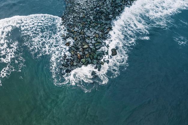 Olas del océano rompiendo en las rocas