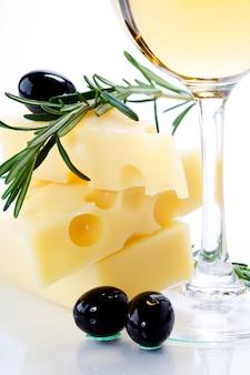 Oliva, queso y vino blanco