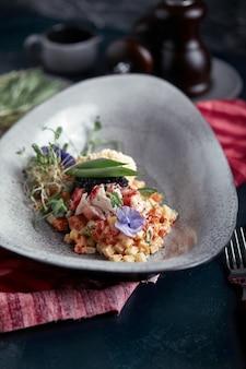 Olivier con carne de cangrejo en un hermoso cuenco en forma de ostras