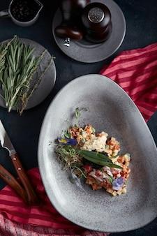 Olivier con carne de cangrejo en un hermoso cuenco en el m de ostras, en un oscuro. la comida de ninguna manera, la moda de la comida. nutrición saludable.