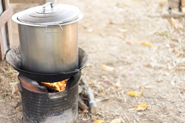 Olla de fideos en una estufa de carbón