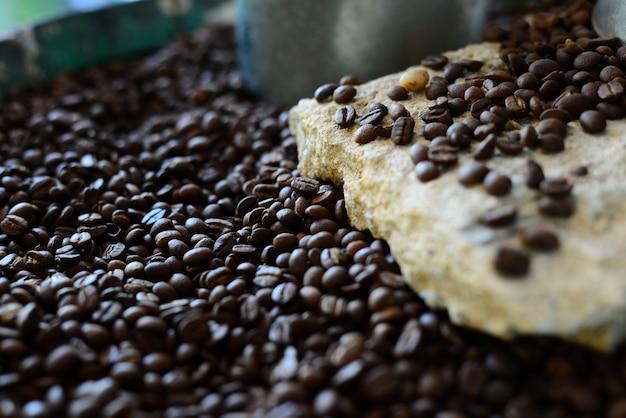 El olor de los granos de café tostados con fondo borroso