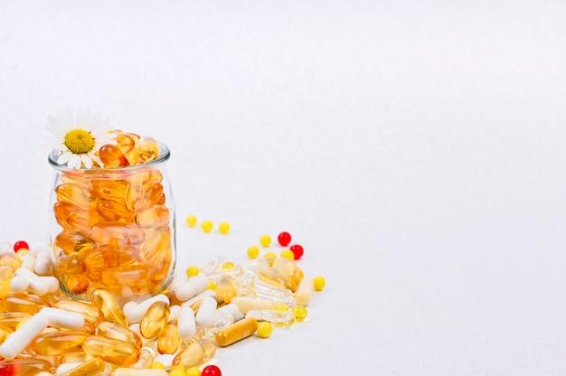 Omega, píldoras, cápsulas y vitaminas dispersas cuidado de la salud y suplementos nutricionales