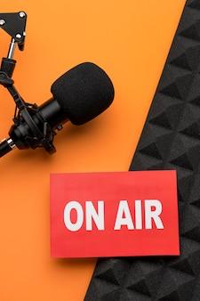 On air banner y vista superior del micrófono