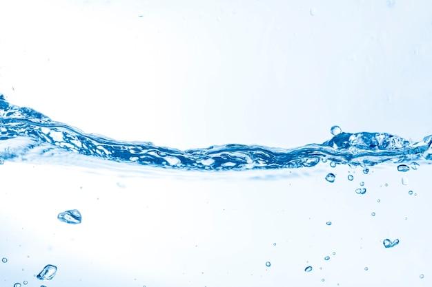 Onda de agua con algunas burbujas