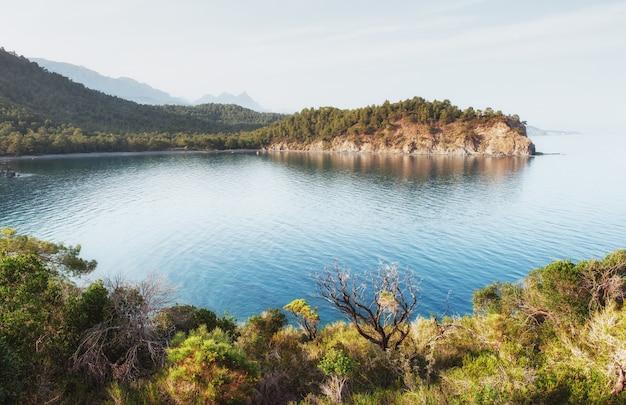 Onda del mar azul del mediterráneo en la costa turca