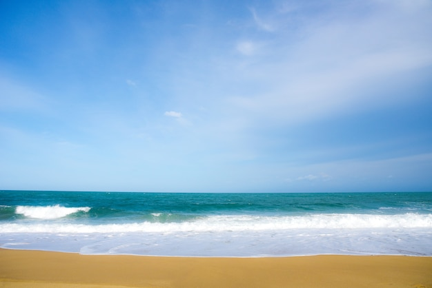 Onda del mar blanco y el océano azul con playa de arena fondo en vacaciones de verano el tiempo de happi