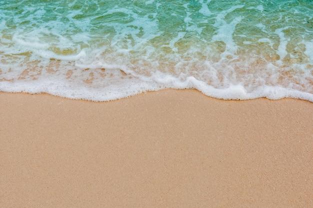 Onda suave del mar en el fondo de la playa de arena vacía con espacio de copia