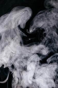 Ondas de humo gris sobre fondo negro