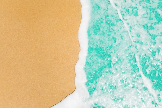 Ondas suaves con el mar azul del océano en arena de oro con el espacio de la copia.