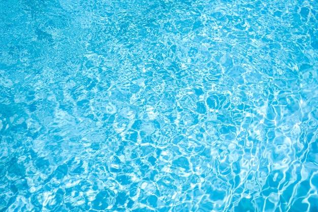 Ondulación de agua azul en el fondo de la piscina