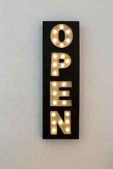 Open sign neon light shop decoración de negocios. bombillas. fondo blanco