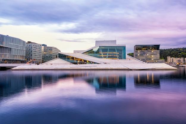 Ópera nacional de oslo con reflejo de agua en oslo, noruega