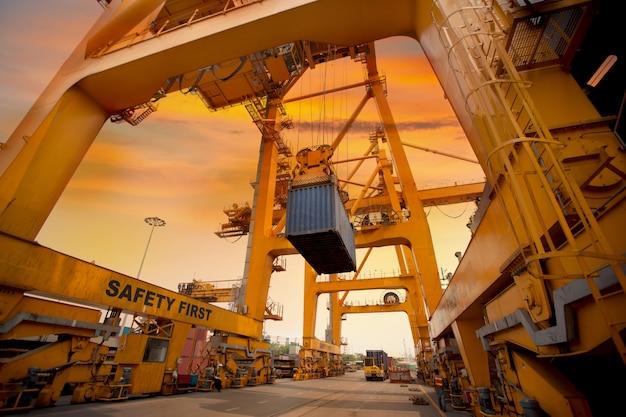 Operación de contenedores en puerto serie.