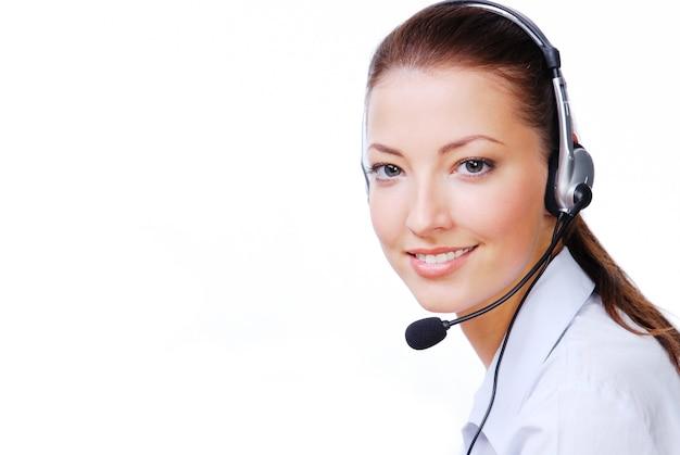 Operador atractivo adulto en el auricular.