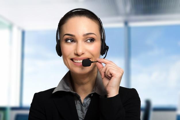 Operador de call center sonriente
