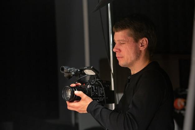 Operador de cámara que trabaja con una cámara de cine