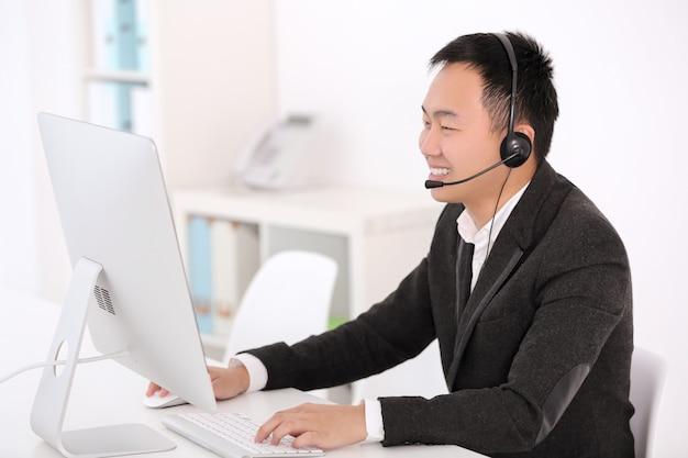 Operador de centro de llamadas en la oficina