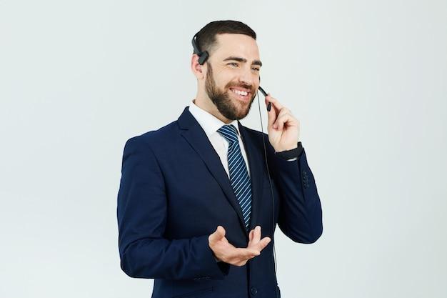 Operador de centro de llamadas que responde al cliente