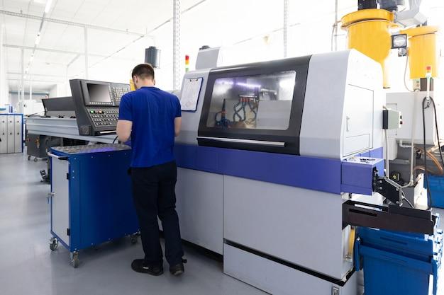 Operador de equipos de procesamiento de metales en fábrica.