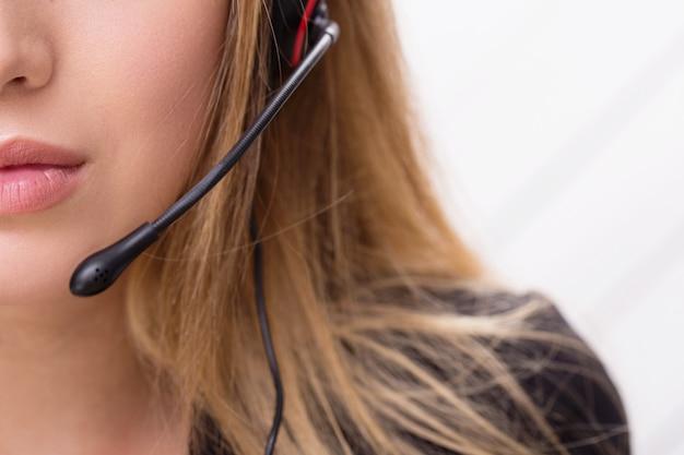 Operador de llamadas trabajando