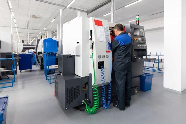 El operador de la máquina realiza la depuración y el ajuste de la máquina con control de programa.
