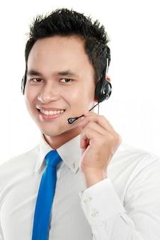 Operador masculino joven del centro de atención telefónica