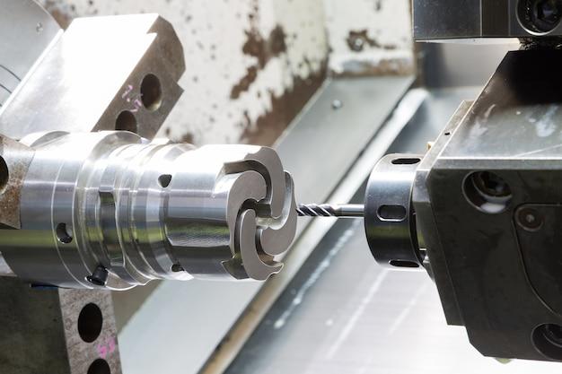 Operador de mecanizado a presión piezas de la máquina de colada