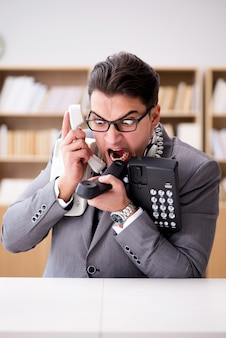 Operador de servicio de ayuda enojado gritando en la oficina