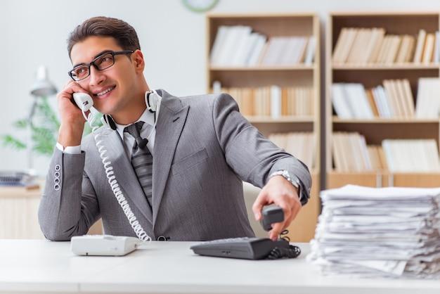 Operador de servicio de ayuda enojado en la oficina