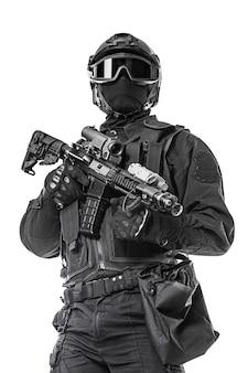 Operador de swat con rifle