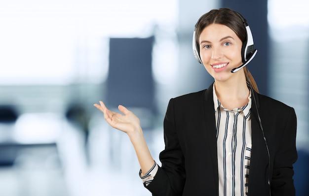 Operador de telefonía de atención al cliente en auriculares