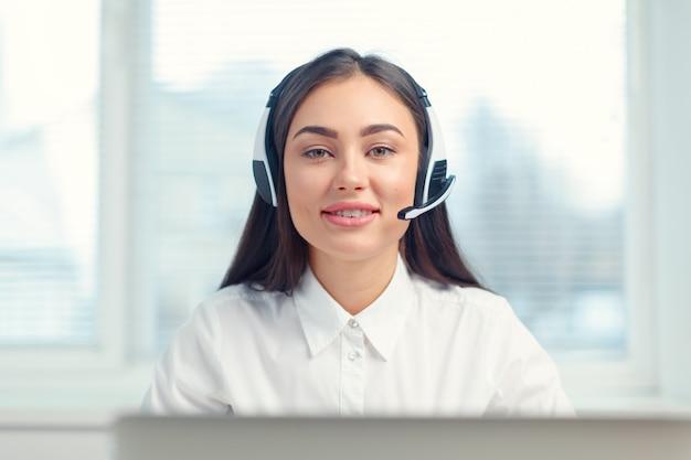 Operador de telefonía de soporte en auriculares en el lugar de trabajo