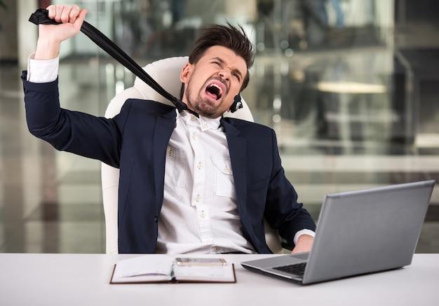 Operador de teléfono de atención al cliente emocional en el lugar de trabajo.