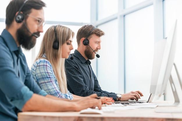 Los operadores de centros de llamadas trabajan en una oficina moderna