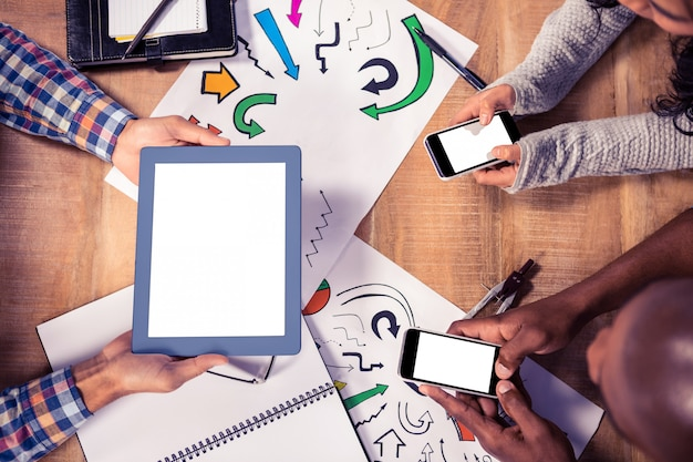 Opinión de arriba los hombres de negocios creativos que trabajan en el escritorio en oficina