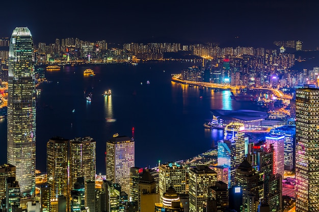 Opinión de la ciudad de hong kong de the peak en la noche, opinión del puerto de victoria de victoria peak en la noche, hong kong.