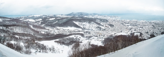 Opinión de la ciudad de otaru de la montaña de tenguyama en invierno, hokkaido, japón.