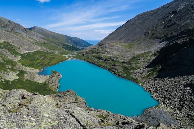 Opinión escénica del lago de la turquesa de akchan. montañas de altai.
