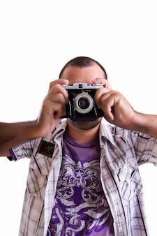 Opinión un hombre joven con una cámara fotográfica de la vendimia retra aislada en un fondo blanco.