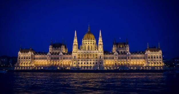 Opinión de la noche del edificio húngaro del parlamento en budapest.