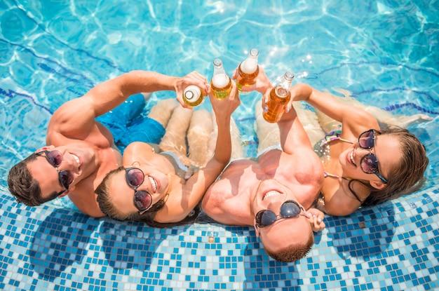 Opinión superior los jóvenes hermosos que se divierten en la natación.