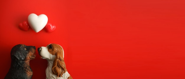 Opinión superior el perro feliz de los pares que mira corazones.