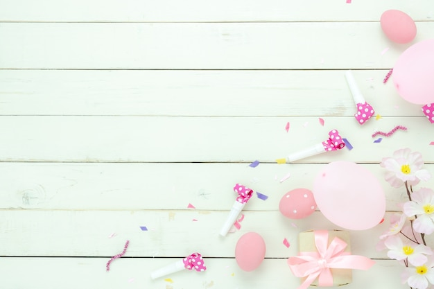 La opinión superior de tabla tiró del fondo feliz del día de fiesta de pascua de las decoraciones.