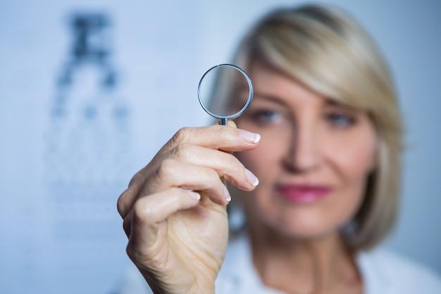 Optometrista femenina con lupa